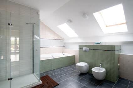 Combles aménagés par Johan Harnois : salle de bain et vélux ...